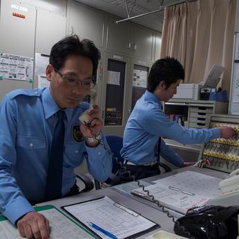 駅チカ!オフィスビルの常駐警備員募集!シニアも長期で働ける職場です。資格取得も支援!